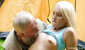 Dědeček hraje s blondýna v zahradě