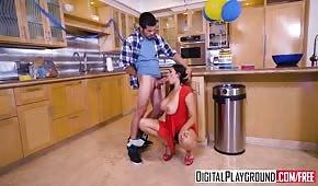 Mladí milf se pohybuje v kuchyni během rodinné akce