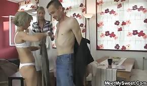 Táta hraje se svou matkou a dcerou