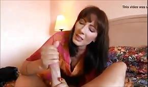 Zrzavá maminka rozšlehá dlouhý penis