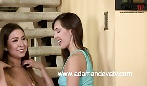 Horké brunetky se baví na schodech