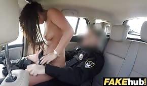 Policista v autě pohybuje pěknou hůlkou