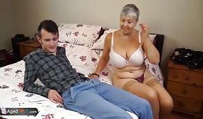 Mladý muž šuká s babičkou