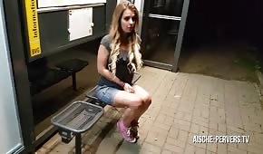 Veřejný sex s blond panenkou