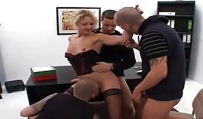 Skupinový sex s šéfem v kanceláři