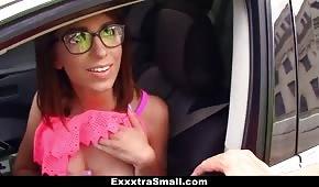 Ukázala prsa v autě