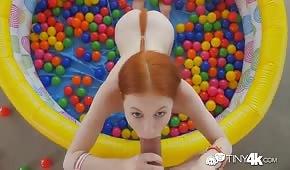 Zrzka tahání kohout v nafukovacím bazénu