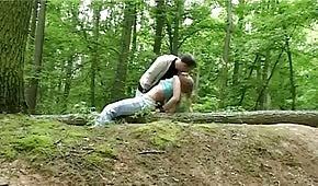 Sex v lese s nezbednou blondýnkou