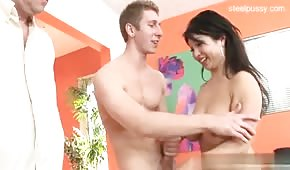 Młody zapina azjatycką żonkę