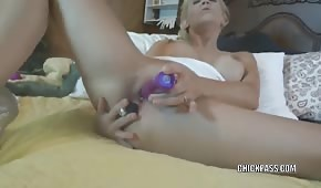Dojrzała blondi pieści się po dziurkach