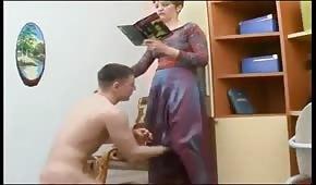 Mladý kurva unhooking maminku