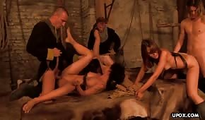 Seks w piwnicy z gorącymi laseczkami