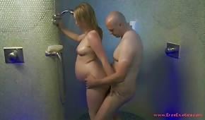 Zavře těhotné mládě ve sprše
