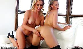 Šťavnaté holky erotických lesbiček