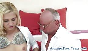 Starý muž šuká mladou blondýnku