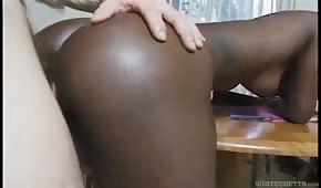 Bledý penis v čokoládové prdele