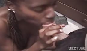 Černá žena vezme celý penis do úst