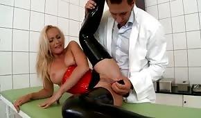 Doktor si hraje s anální dírou pacienta