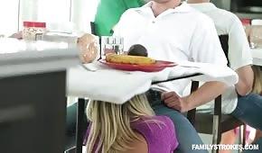 Stepmother dělá zmrzlinu pod stolem