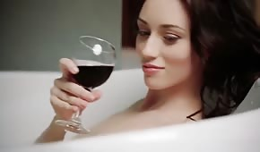 Chick pije víno a laskání při koupání
