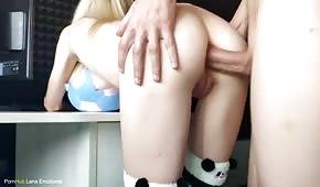 Anální sex s bledou kuřačkou na stojanu
