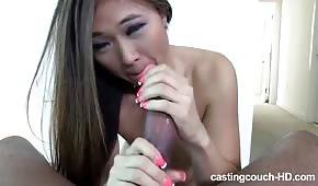 Sladké asijské olizuje obrovský penis