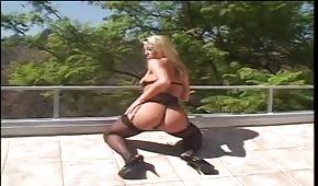Hraje se s Chelsea Zinn na terase