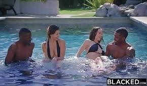 Hraní v bazénu s porno brunetami