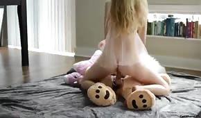 Úhledná blondýna na koni medvídka