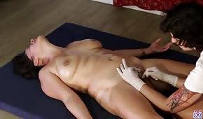 Potěšila nahé bruneta kočička