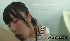 Asijská kouří na záchodě