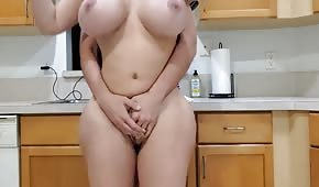 Sex s mega kulatým košíkem v kuchyni