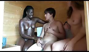 Dva přátelé táhnou kohout v sauně