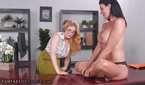 Horké dívky se baví v kanceláři
