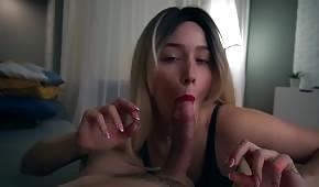 Sensual blondie vezme její penis večer