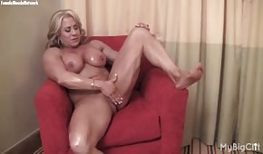 Svalnatá fena jí dává prst