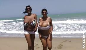 Kulaté černé ženy u oceánu