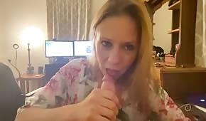 Manželka si vezme ptáka do pusy