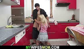 Ranní sex v kuchyni s opálenou matkou