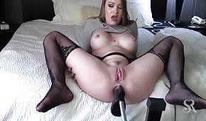 Sexuální stroj jí proniká do zadku