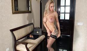 Tetovaná blondýnka na vysokých podpatcích
