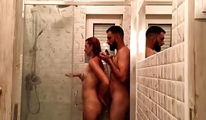 Sex s nahým amatérem pod sprchou