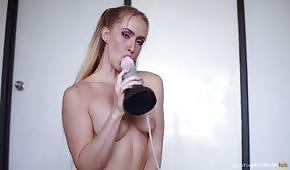 Nadržená blondýnka olizuje dildo před masturbací