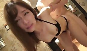 Pronikne neoholenou skořápkou malé asijské dívky