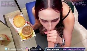 Chick stáhne ptáka z hamburgeru