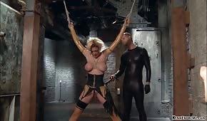 Anální porno se svázanou blondýnou