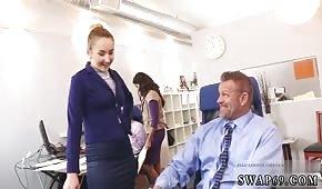 Super holky tahají ptáky v kanceláři