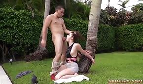 Strčí ptáka do úst její přítelkyně pod palmu