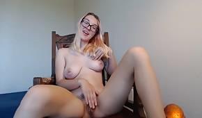 Brýle si hrají s jejími prsy