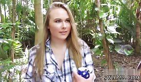 Blonďatá kočka tahá ptáka v džungli